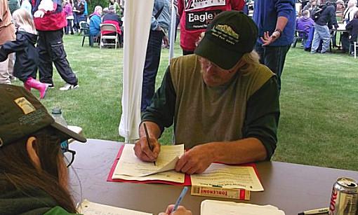Jeff King beim Ausfuellen des Anmeldeformulars ID2012